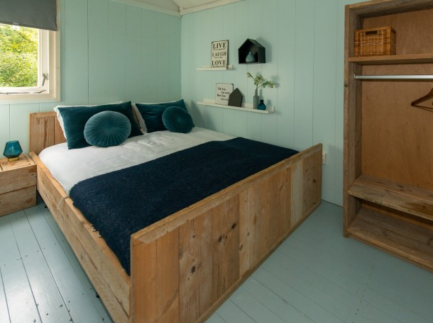 Strandhuisje slaapkamer tweepersonsbed camping geversduin kennemerland