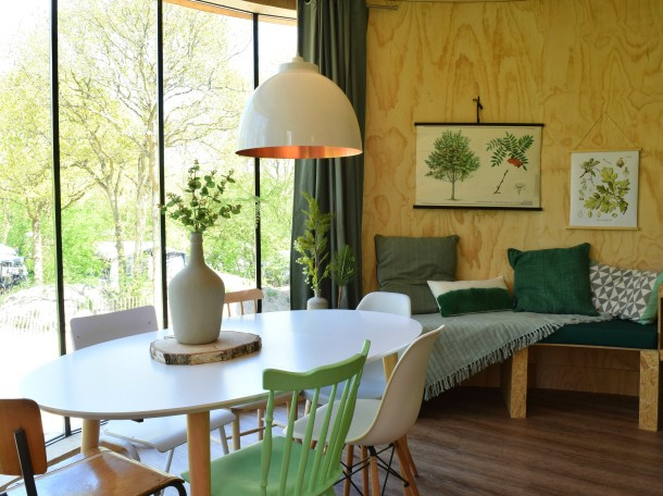 Boomhuis woonkamer met uizicht