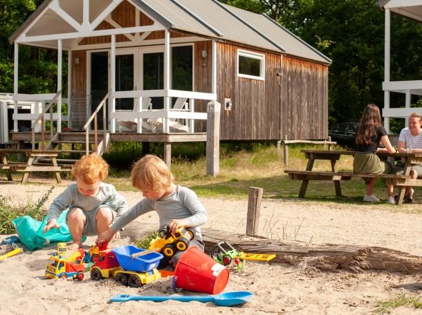 Strandhuisje kinderen spel duinen camping geversduin kennemerland