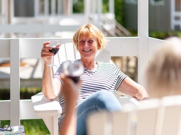 Strandhuisje veranda vrouw wijn camping geversduin